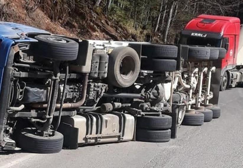 Rezultat slika za Prebrzo ušao u krivinu: Prevrnuo se kamion na putu Vlasenica - Han Pijesak