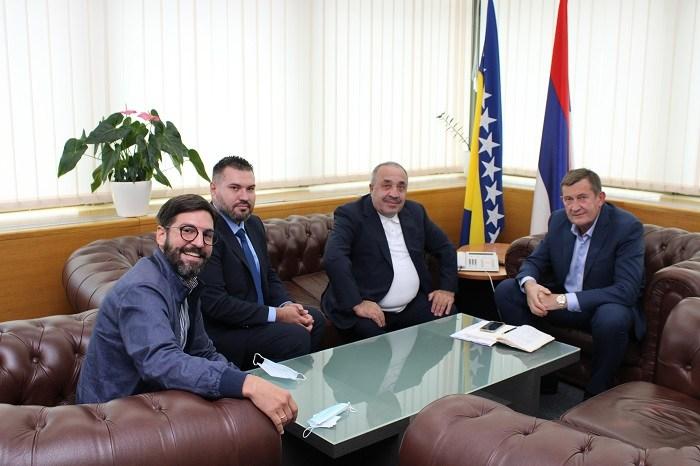 Musabegović (lijevo) na sastanku s Vojinom Mitrovićem na kojem je rečeno da je kompanija Tasyapi spremna da gradi dio autoputa od Rače do Bijeljine